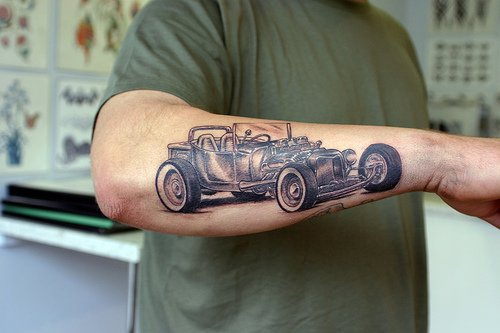 macchina da corsa hot rod tatuaggio sul braccio
