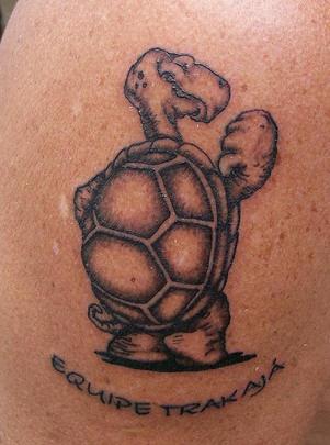 Cartoonishe positive Schildkröte Tattoo