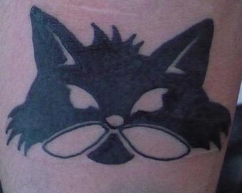 minimalistico gatto nero e bianco  tatuaggio