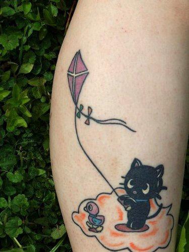 Le Tatouage De Chaton Noir Sur Un Nouage Avec Un Cerf Volant Tattooimages Biz