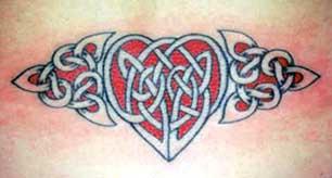 rosso e nero cuore celtico tatuaggio