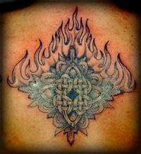 nodo celtico in fiame tatuaggio