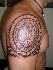 modello celtico treangolo tatuaggio sulla spalla