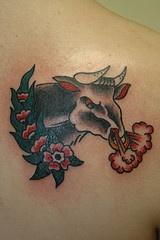 toro arrabbiato in fiori tatuaggio colorato