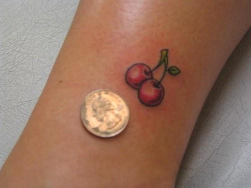 piccola ciliegia rossa tatuaggio