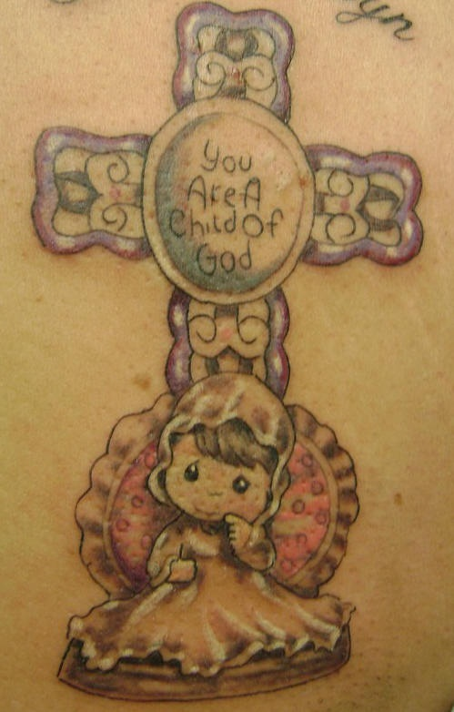 piccola bimba in mantellina e croce tatuaggio