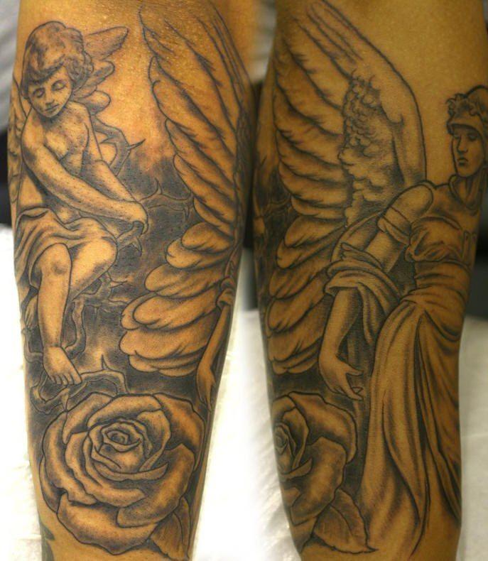cherubino in rose e angelo su entrambe gambe tatuaggio