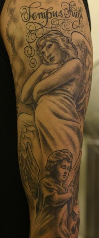 tempo stringe angelo tatuaggio sul braccio