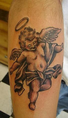 piccolo cherubino sorridente con nimbus tatuaggio