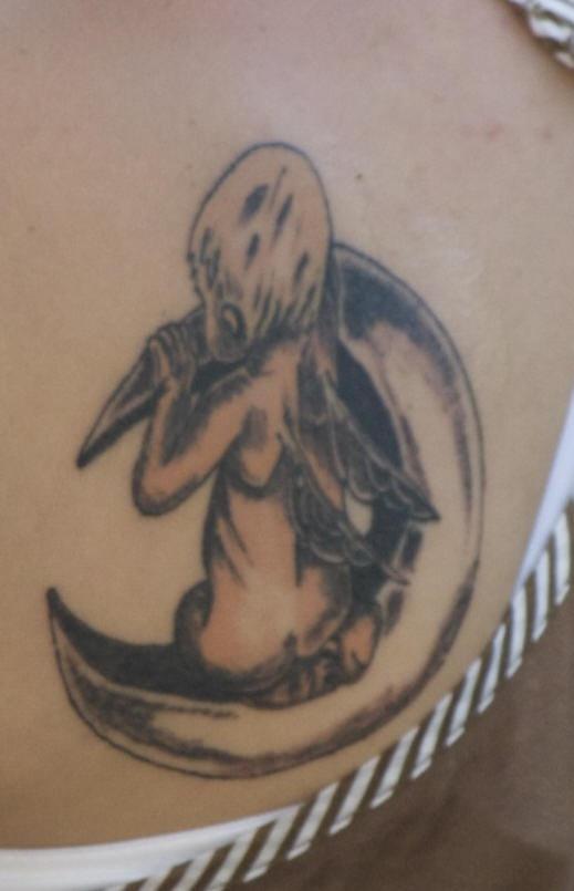 cherubino seduto su mezzaluna tatuaggio