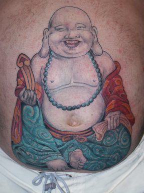 Strano Buddha sorridente tatuato