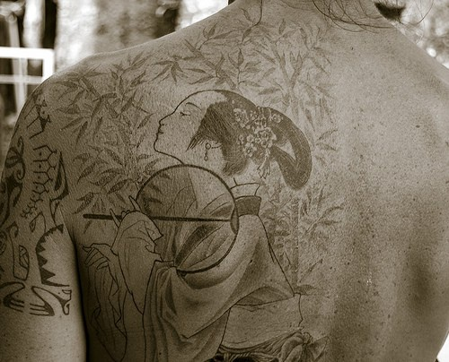 uomo cinese inchiostro nero tatuaggio sulla spalla