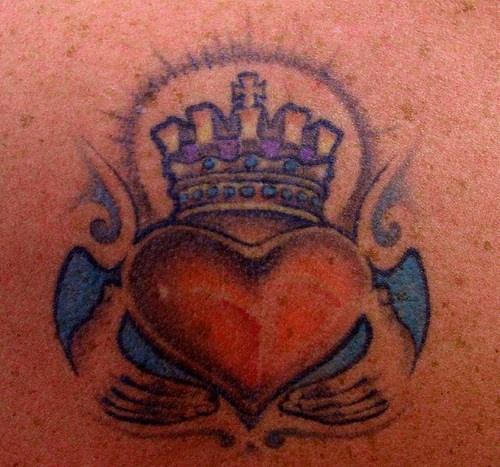 simbolo anello di claddagh tatuaggio colorato