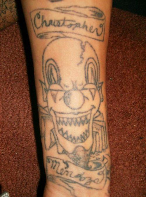 pagliaccio con denti acuti con testo  sulle strisce tatuaggio