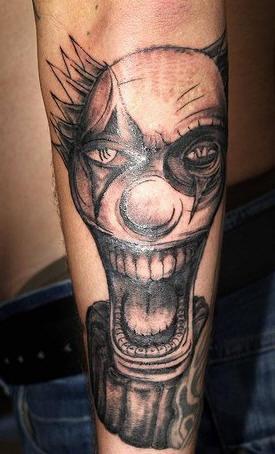 pagliaccio impazito tatuaggio sulla gamba