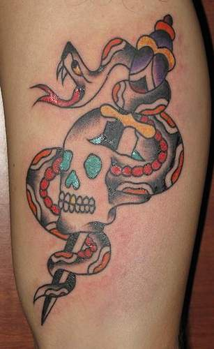 Tatuaggio stilizzato il teschio & il serpente & il coltello