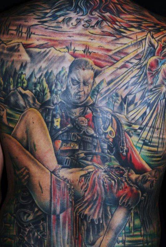 Tatuaggio impressionante sulla pancia il guerriero tiene la ragazza ferita