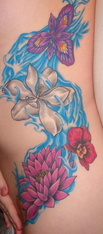 fiori colorati sul fiume tatuaggio