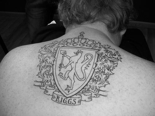 araldico scudo con leone tatuaggio sulla schiena