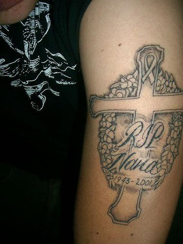 croce memoriale AIDS tatuaggio