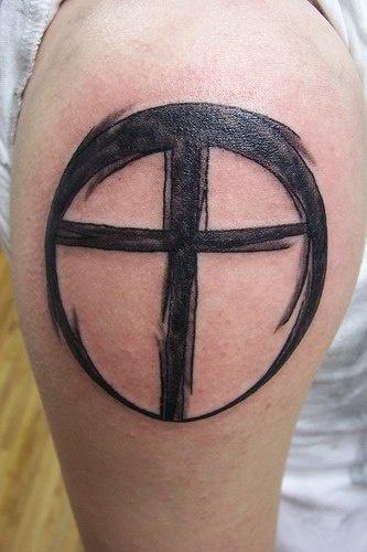 minimalistico croce nera in cerchio tatuaggio