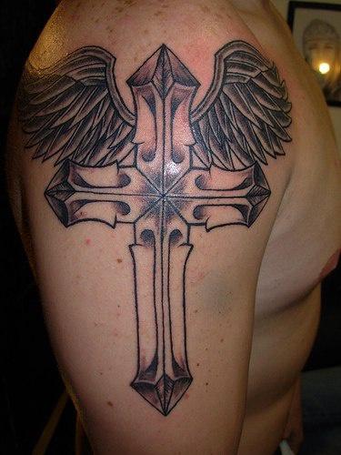 croce alata  inchiostro nero tatuaggio sulla spalla