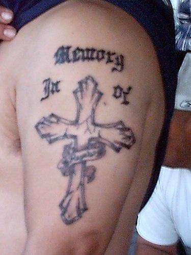 croce memoreale tatuaggio sul braccio