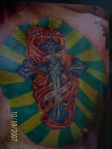 croce in fiamme memoreale tatuaggio  colorato largo sulla schiena