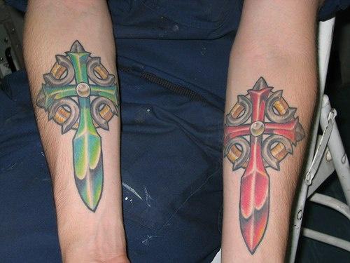 croce rossa verde tatuaggio su ambedue braccia
