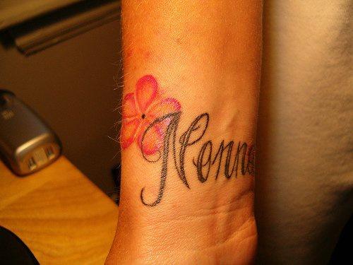 """Tatuaggio colorato sul polso il fiore & &quotNONNA"""""""