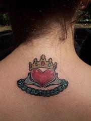 claddagh anello simbolo tatuaggio sulla schiena