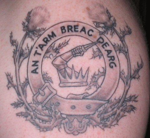 simbolo scozzese con corona tatuaggio