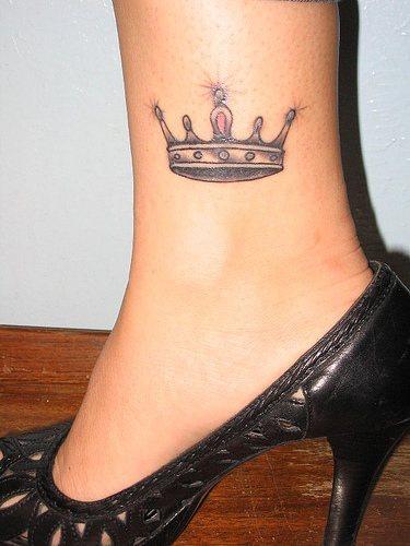piccola corona tatuaggio sulla gamba