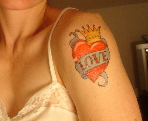 amore sul cuore rosso con corona tatuaggio sulla spalla