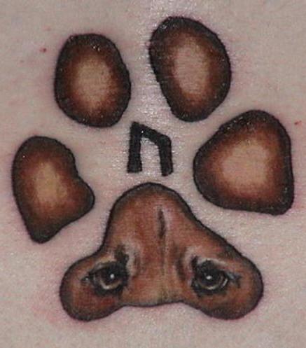 tatuaje de huella con ojos de perro