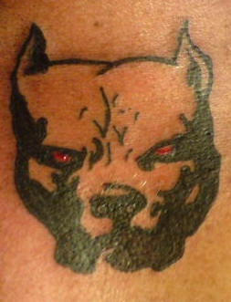 occhi rossi pitbull simbolo tatuaggio