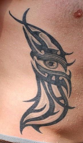 occhio stile tribale tatuaggio