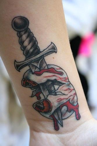 bulbo oculare smashed con coltello tatuaggio