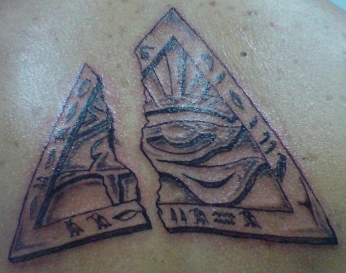 occhio che vede di horus in treangolo tatuaggio
