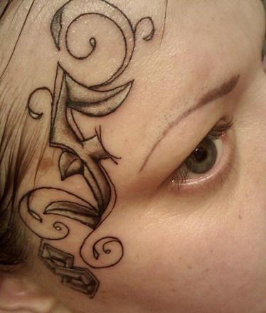 Tatuaje en la cara, ornamento elegante