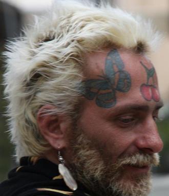 Farfalla grande e ciliegie rosse tatuate sul fronte