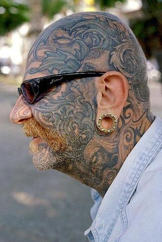 Pieno tatuaggio sulla testa