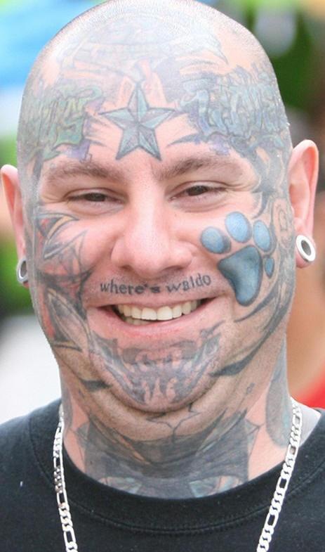 Le stelle e le tracce tatuate sulla faccia