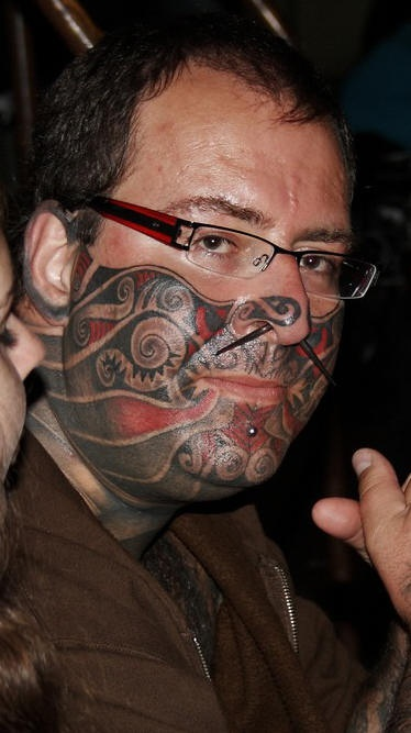 Impressionante pieno tatuaggio sulla meta del viso