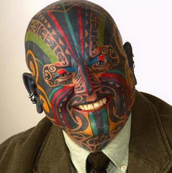 Incredibile pieno tatuaggio sulla testa