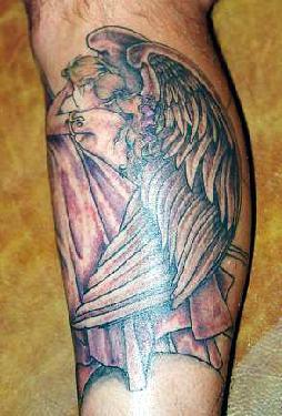 triste fata alata tatuaggio sulla gamba
