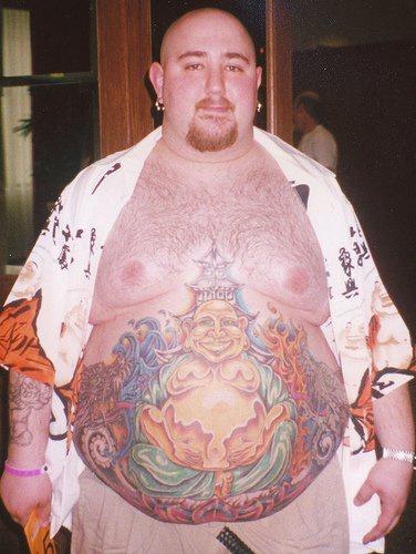 Tatuaggio grande sulla pancia l&quotuomo allegro come Budda