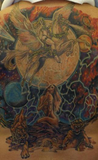 Enorme tatuaje mujer guerrera  en pegaso al fondo del espacio