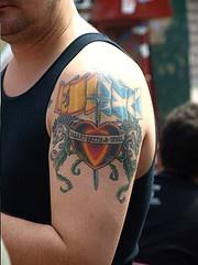 bandiera spagnola e scozzese sulla spalla tatuaggio