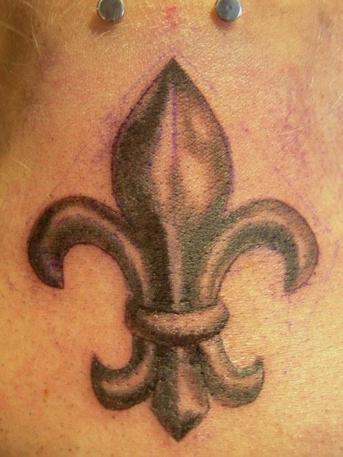 fleur de lis simbolo male tatuaggio